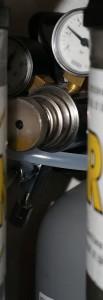 Sistem za karbonizacijo piva sestavljen iz jeklenke CO2 ter manometra in priključnih cevi - ostanek od ukvarjanja z akvaristiko